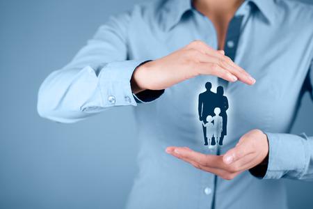 gesto: Rodinný život pojištění, rodinné služby, rodinné politiky a podpory rodin koncepty. Žena s ochranným gestem a silueta představující mladé rodiny.