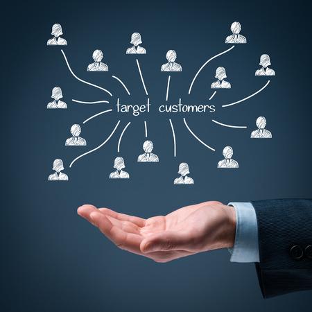 ターゲット顧客の概念。男は手にターゲット顧客スキームを保持します。