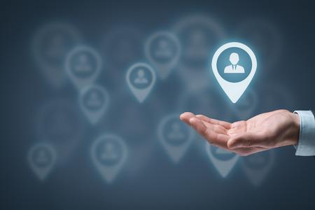 liderazgo: Audiencia y clientes Objetivo concepto. Hombre celebrar cliente objetivo en la mano, el p�blico objetivo en el fondo. Foto de archivo