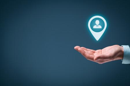 Doelgroep en human resources (HR) concept. Man hold doelgroep, werknemer (of een andere zakelijke persoon) in de hand. Stockfoto