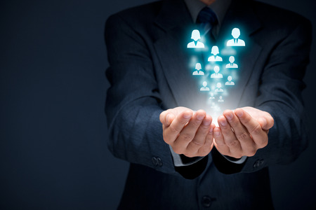 recursos humanos: Piscina de los recursos humanos, atención al cliente, la atención de los empleados, sindicato, seguros de vida, bolsa de trabajo y los conceptos de segmentación de marketing. Proteger gesto de hombre de negocios o personal y los iconos representan grupos de personas.