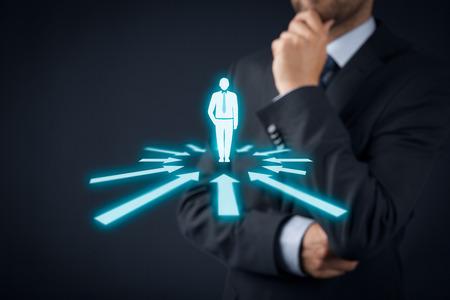 인적 자원 담당자는 직원 또는 팀 리더 (CEO)에 대해 생각합니다. 개인 고객 마케팅 및 개인화 개념. 스톡 콘텐츠