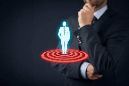 LIDER: Objetivo cliente concepto (marketing). El hombre de negocios piensa en cliente objetivo representado por el icono virtual del hombre de pie en el blanco. Foto de archivo