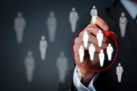 segmento: Segmentación de marketing, público objetivo, los clientes se preocupan, gestión de relaciones con clientes (CRM) y la formación de equipos conceptos.