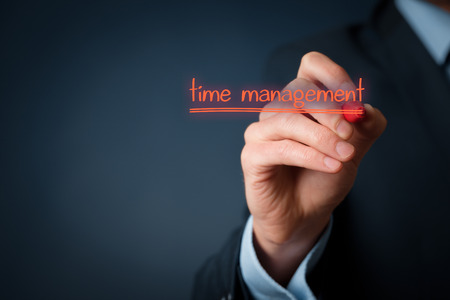 timemanagement: Time management concept. Man schrijven op virtuele boord time management kennisgeving.