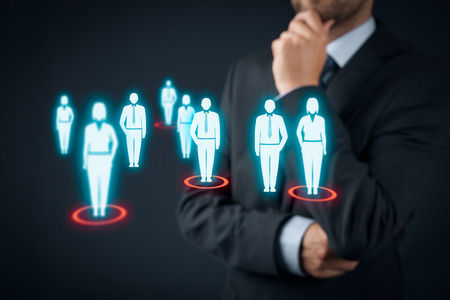 segmento: Destinatarios (marketing) concepto. El hombre de negocios piensa en p�blico objetivo y clientes.