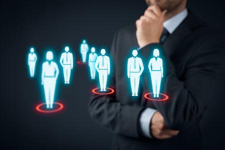 Destinatarios (marketing) concepto. El hombre de negocios piensa en público objetivo y clientes.