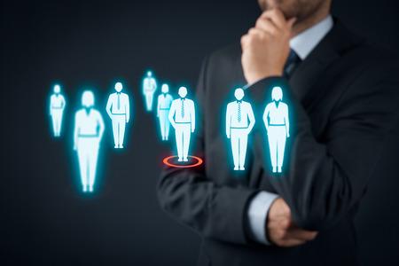 lideres: De Recursos Humanos elegir empleado o jefe de equipo (CEO). Marketing de clientes individuales y el concepto de personalización.