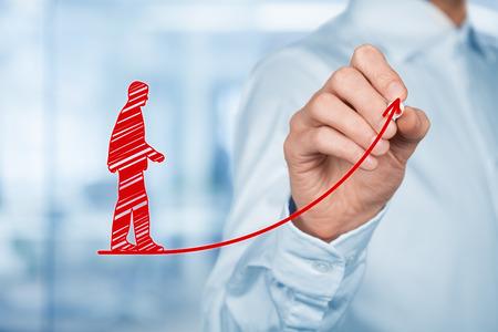 Persoonlijke ontwikkeling, persoonlijke en carrière groei, succes, vooruitgang, motivatie en potentiële concepten. Coach (human resources officer, supervisor) helpt werknemer met zijn groei. Stockfoto