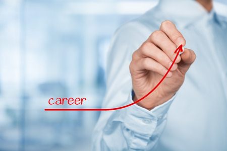recursos humanos: El desarrollo personal de crecimiento personal y profesional. Entrenador de los recursos humanos de supervisor oficial de ayuda del empleado con su crecimiento borrosa oficina en el fondo. Foto de archivo