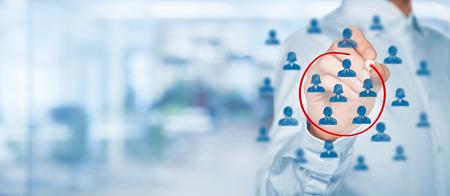 Segmentazione del marketing, target di riferimento, la cura dei clienti, Customer Relationship Management (CRM), analisi dei clienti e dei concetti di gruppo di messa a fuoco con ampia composizione. Archivio Fotografico - 39658353