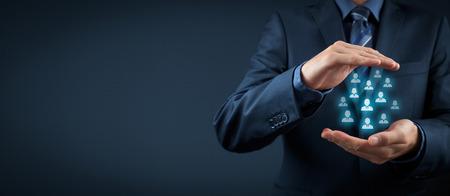 La atención al cliente, la atención de los empleados, seguros de vida y conceptos de segmentación de marketing. Proteger gesto del empresario o del personal y los iconos de grupo de personas que representan. Foto de archivo - 39658365