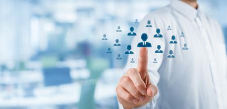 recursos humanos: Oficial de recursos humanos elija empleado de pie fuera de la multitud. Seleccione líder del equipo o concepto centro de evaluación. Composición ancha, la oficina en el fondo.