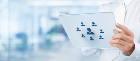discriminacion: Los recursos humanos, auditor�a personal, CRM y evaluaci�n concepto de centro - reclutador selecto de empleados (o jefe de equipo) representados por el icono de la tableta futurista. Composici�n ancha, la oficina en el fondo.