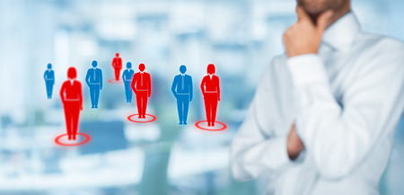 ターゲット視聴者 (マーケティング) のコンセプトです。ビジネスマンはターゲット視聴者と顧客について考えます。広い構成、バック グラウン