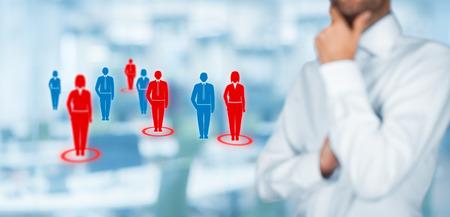 segmentar: Destinatarios (marketing) concepto. El hombre de negocios piensa en público objetivo y clientes. Composición ancha, la oficina en el fondo.