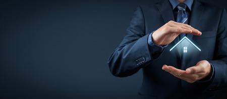 property insurance: El seguro de propiedad y el concepto de seguridad. Proteger gesto del hombre y el s�mbolo de la casa. Composici�n ancha. Foto de archivo
