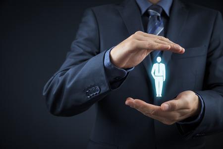 discriminacion: Oficial de recursos humanos elija empleado de pie fuera de la multitud. Seleccione concepto jefe de equipo. Cliente de Marketing dirigido concepto.