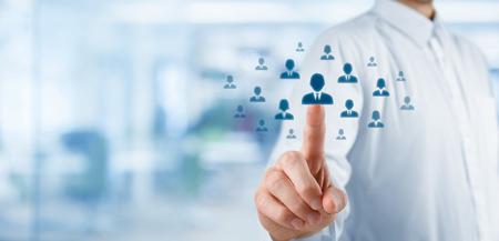 Human resources officer kiezen werknemer staande uit de menigte. Selecteer teamleider of assessment center concept. Brede samenstelling, kantoor in de achtergrond.