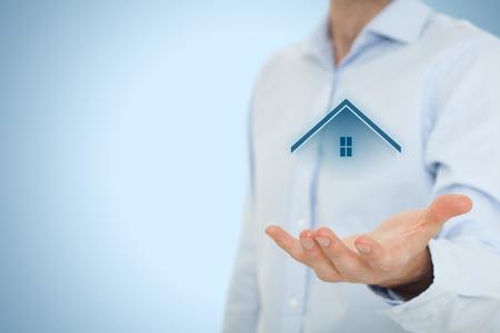 property insurance: Oferta del agente inmobiliario casa. El seguro de propiedad, hipotecas y bienes ra�ces concepto de servicios. Foto de archivo