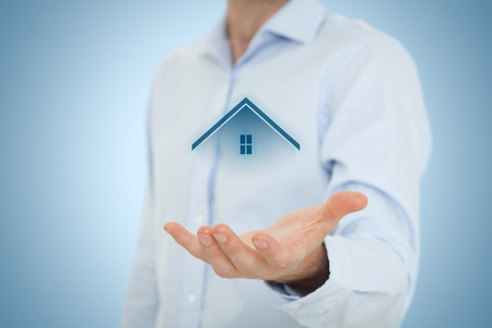 property insurance: Oferta del agente inmobiliario casa. El seguro de propiedad, hipotecas y bienes ra�ces concepto de servicios. Composici�n Central.