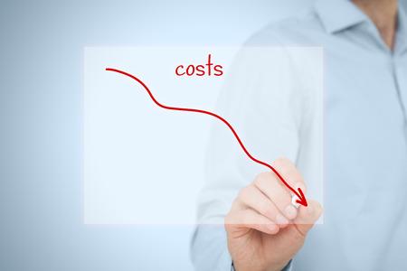 Kostenreduzierung, Kosten Schnitt, Kosten-Optimierung Business-Konzept. Geschäftsmann Zeichnen einfacher Graph mit absteigender Kurve.