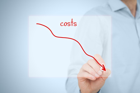 Redukcja kosztów, koszty cięcia, optymalizacja kosztów biznesowych koncepcji. Biznesmen narysować prosty wykres z malejąco krzywej.