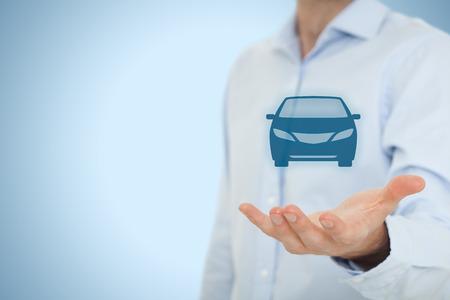 Huurauto of carsharing service concept. Zakenman met het geven gebaar en het pictogram van de auto. Stockfoto
