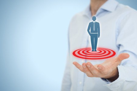 segmentar: Objetivo cliente concepto (marketing). Asimiento del hombre de negocios cliente objetivo representado por el icono virtual del hombre de pie en el blanco.