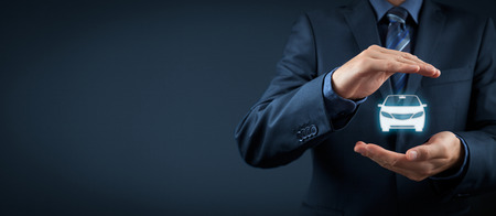 Coche (automóvil) de seguros y de colisión conceptos de exención de daños. Hombre de negocios con gesto protector y el icono de coche. Foto de archivo
