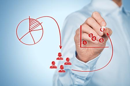 mercadotecnia: Estrategia de marketing - segmentación, focalización, hueco de mercado y posicionamiento. La visualización del proceso de la estrategia de marketing. Foto de archivo
