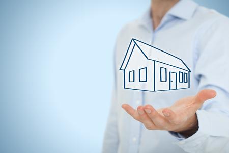 konzepte: Immobilienmakler Angebot Haus. Sachversicherung, Hypotheken-und Immobilien-Services-Konzept. Lizenzfreie Bilder