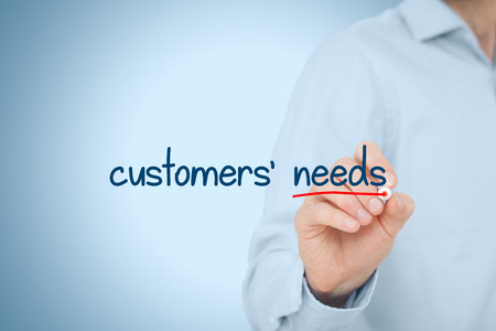 Klanten moet concept. Marketing specialist na te denken over de behoeften van klanten, vertegenwoordigd door de tekst geschreven op virtuele boord. Stockfoto