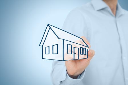 property insurance: Agente de bienes ra�ces o ingeniero empate (boceto) casa. El seguro de propiedad, hipotecas y bienes ra�ces concepto de servicios.