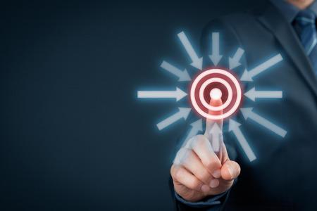 マーケティング ターゲット、目標およびトリガーの概念。ビジネスマンは、仮想ターゲットをクリックします。