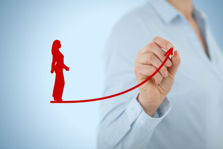 El desarrollo personal, el crecimiento personal y profesional, el éxito, el progreso, la motivación y conceptos potenciales. Entrenador (oficial de recursos humanos, supervisor) ayuda empleada con su crecimiento.