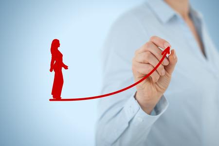 crecimiento personal: El desarrollo personal, el crecimiento personal y profesional, el éxito, el progreso, la motivación y conceptos potenciales. Entrenador (oficial de recursos humanos, supervisor) ayuda empleada con su crecimiento.
