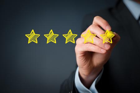 evaluacion: Aumentar calificación, evaluación y el concepto de clasificación. Empresario dibujar cinco estrellas de color amarillo para aumentar calificación de su empresa.