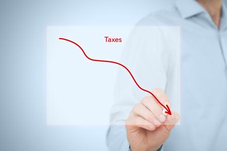 Belastingen optimalisatie business concept. Zakenman trekken eenvoudige grafiek met dalende curve. Stockfoto