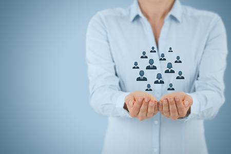 lideres: La atención al cliente, la atención de los empleados, seguros de vida y conceptos de segmentación de marketing. Proteger gesto de negocios o personal y los iconos representan grupos de personas.