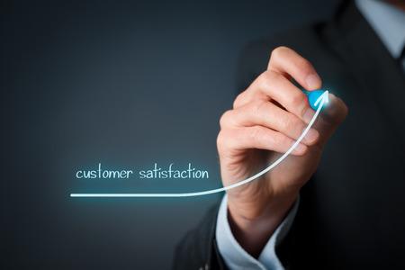 incremento: Aumentar el concepto de satisfacción del cliente. Empresario (especialista en marketing) elaborar creciente simbolizan creciente línea la satisfacción del cliente. Foto de archivo