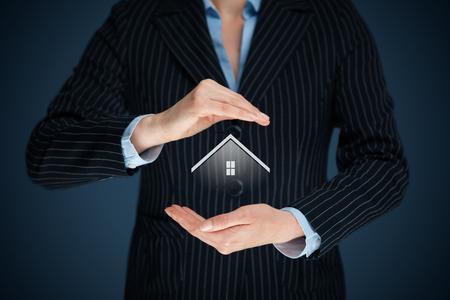 property insurance: El seguro de propiedad y el concepto de seguridad. Proteger el gesto del hombre y el s�mbolo de la casa. Foto de archivo
