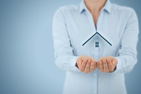 agent de sécurité: L'assurance des biens et le concept de sécurité. Protéger le geste de l'homme et le symbole de la maison.