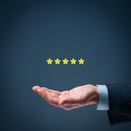 Verhoog classificatie, evaluatie en classificatieconcept. Zakenman geeft vijf sterren.