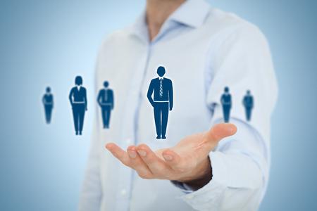 Human resources zwembad, customer care, de zorg voor medewerkers, vakbond, uitzendbureau en marketing segmentatie concepten. Gebaar van de zakenman of personeel en pictogrammen die groep mensen. Stockfoto