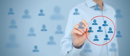 마케팅 세그먼트, 타깃 고객 관심, 고객 관계 관리 (CRM), 고객 분석 및 포커스 그룹 개념. 와이드 배너 조성물. 스톡 콘텐츠