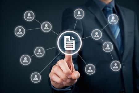 document management: Corporate data management systeem (DMS) en document management systeem concept. Zakenman klik (of publiceren) op documenten die verband houden met zakelijke gebruikers met toegangsrechten. Stockfoto