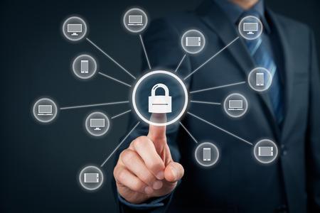 Tecnología de la información concepto de seguridad de los dispositivos. El hombre de negocios, haga clic en el botón con el candado vinculado a los dispositivos informáticos (PC, portátil, tablet, teléfono móvil).