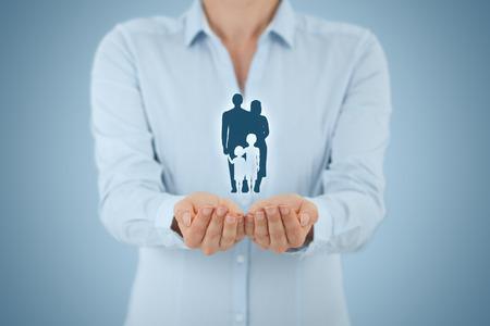 convivencia familiar: seguro de vida familiar, los servicios de apoyo a la familia y conceptos familias. Empresaria con gesto protector y la silueta que representa a la familia joven. Foto de archivo