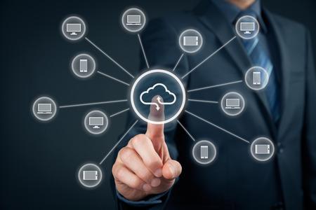 Cloud computing concept - connecter IT périphériques (PC, ordinateur portable, tablette, téléphone portable) pour le stockage en nuage. Main avec le cloud computing et l'icône de l'ordinateur. Banque d'images - 44008123